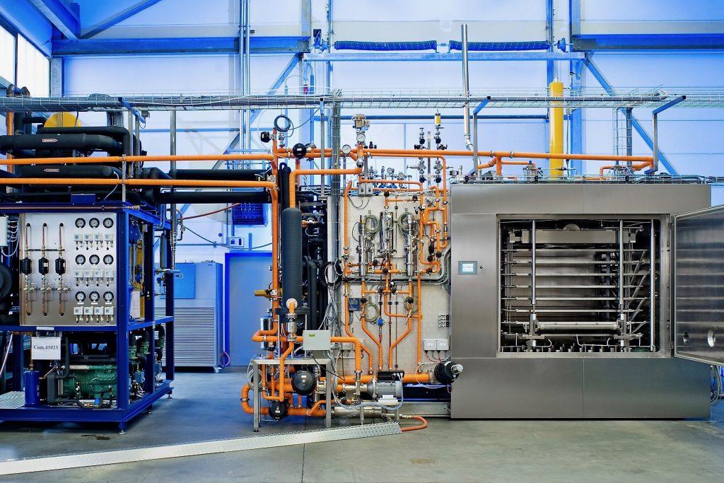 Gefriertrocknungsanlage in horizontaler Bauform für die Herstellung pharmazeutischer Arzneimittel (Foto: HOF Sonderanlagenbau GmbH).